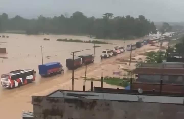 देश भर बाढिको वितण्डा,नारायणगढ–बुटवल सडक खण्डको डाईभर्सन बगायो : पुर्व-पश्चिम राजमार्ग अवरुद्ध