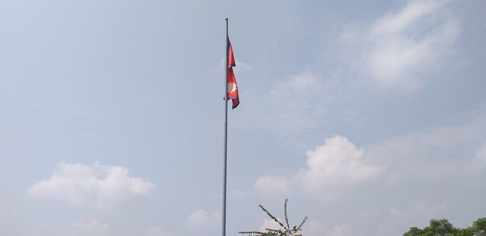 चितवनको सौराहामा ३५ फिट अग्लो राष्ट्रिय झण्डा