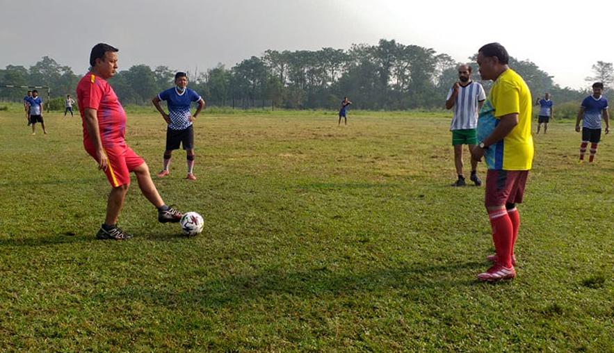 जनप्रतिनिधि र कर्मचारीहरु बीचको मैत्रीपूर्ण फुटबलमा कर्मचारी विजयी